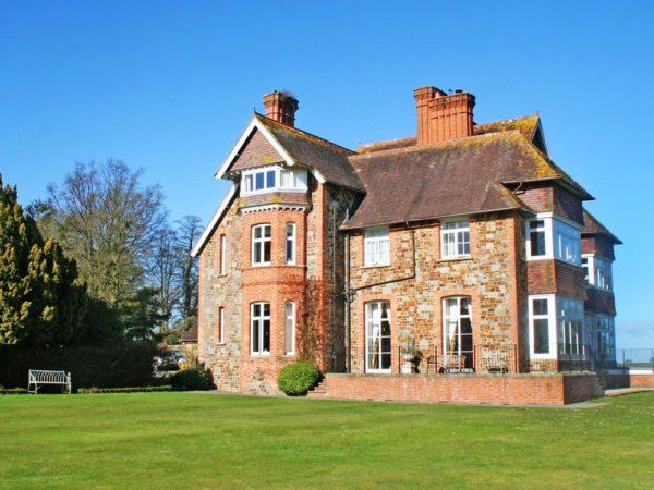 £149 -- 4-star Devon manor stay w/dinner & bubbly, save 47%