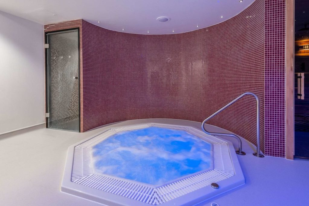 Relaxing jacuzzi to pamper parents inside family-friendly hotel, Harte & Garter Hotel & Spa