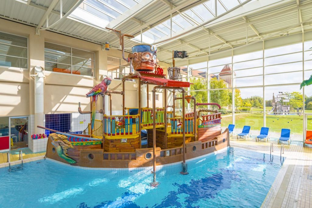 Kid-friendly Pirate-themed Swimming Pool at Explorers Hotel Marne-la-Vallée
