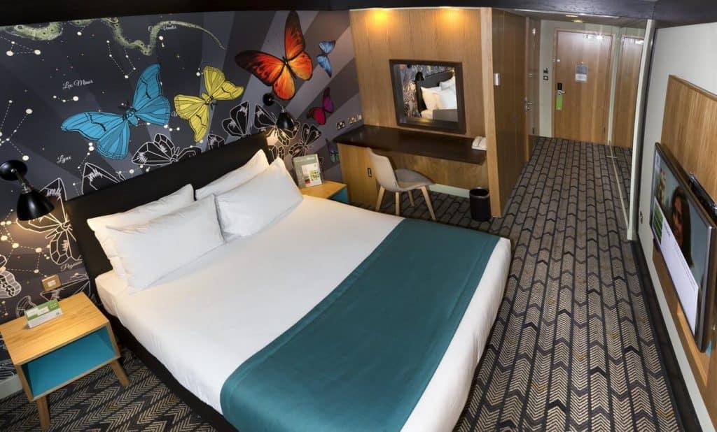 Butterfly-themed family room at Holiday Inn Salisbury - Stonehenge