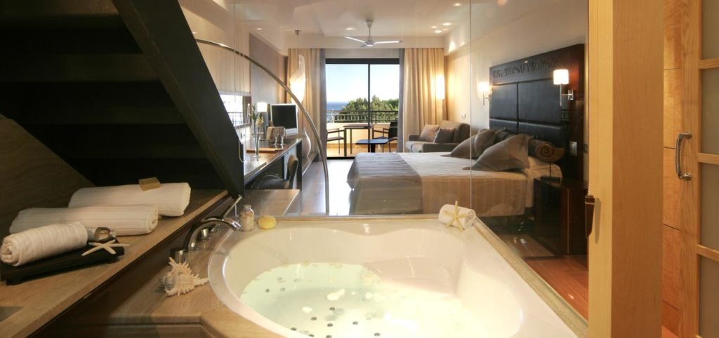 jacuzzi room at insotel fenicia prestige suites & spa