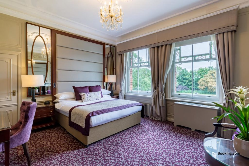 Purple-themed elegant roomthat sleeps 4 with chandelier at Woodlands Park Hotel