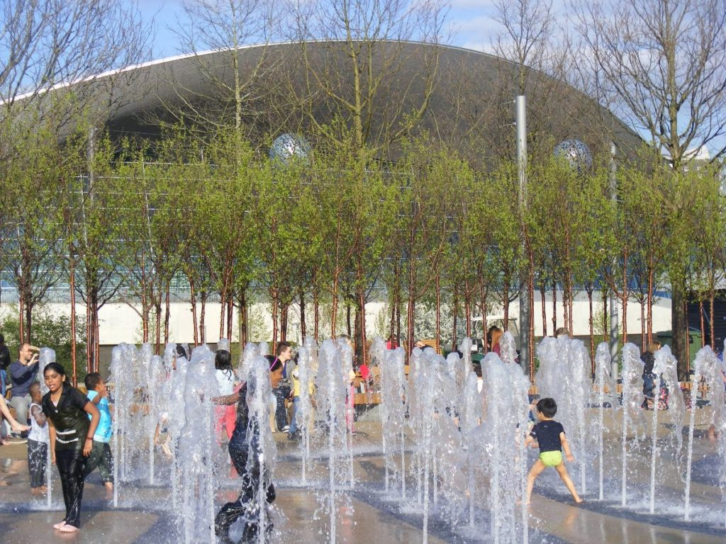 kids cooling down at the fountains at queen elizabeth olympic park