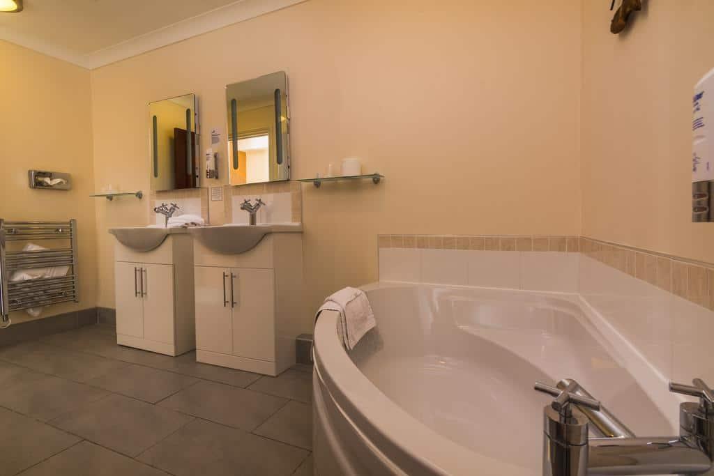 Superior Suite, 1 King Bed, Non Smoking - Bathroom Amenities
